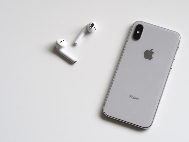 iPhonewithAidpodsTT